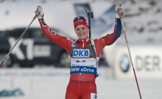 NY BESTENOTERING: Marte Olsbu jublet som hun hadde vunnet på vei over målstreken i Östersund søndag, så gjorde hun også sitt beste verdenscupløp noensinne.