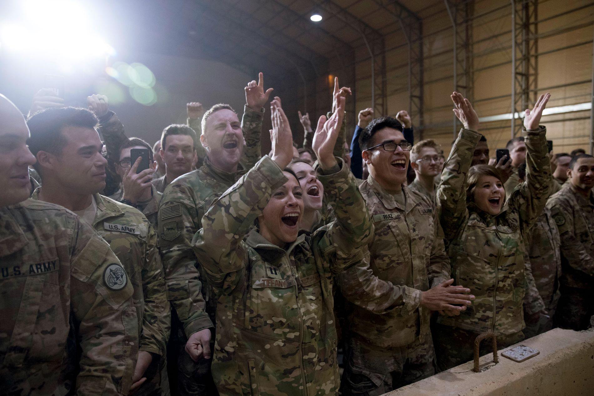 Amerikanske soldater på al-Asad-basen vest for Bagdad hilste president Donald Trump med jubel.