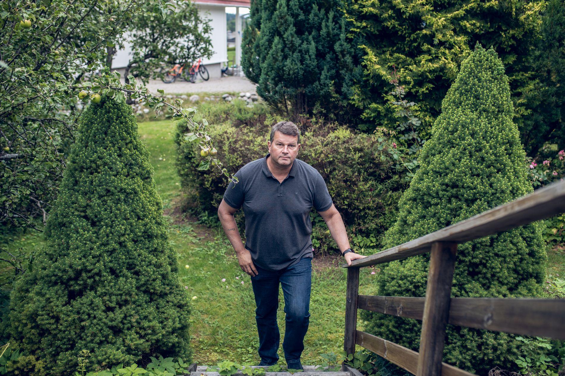 SOMMERLETT: Hans-Christian Gabrielsen tok sommerkledt imot VG på sin egen terrasse foran eneboligen til familien på Slemmestad i Røyken kommune. Budskapet var tungt og rødgrønt.
