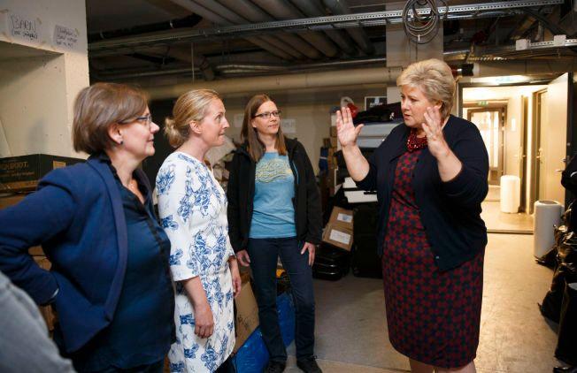 TAKKET FRIVILLIGE: Erna Solberg (H) besøkte de frivillige i organisasjonen «Refugees welcome to Norway» på Tøyen tidligere i høst. Hun mener det finnes mange helter i frivilligheten i Norge. Fra høyre: Erna Solberg (H), Gunnhild Bringsvor, initiativtaker Hilde Hagerup og Karin Saanum.