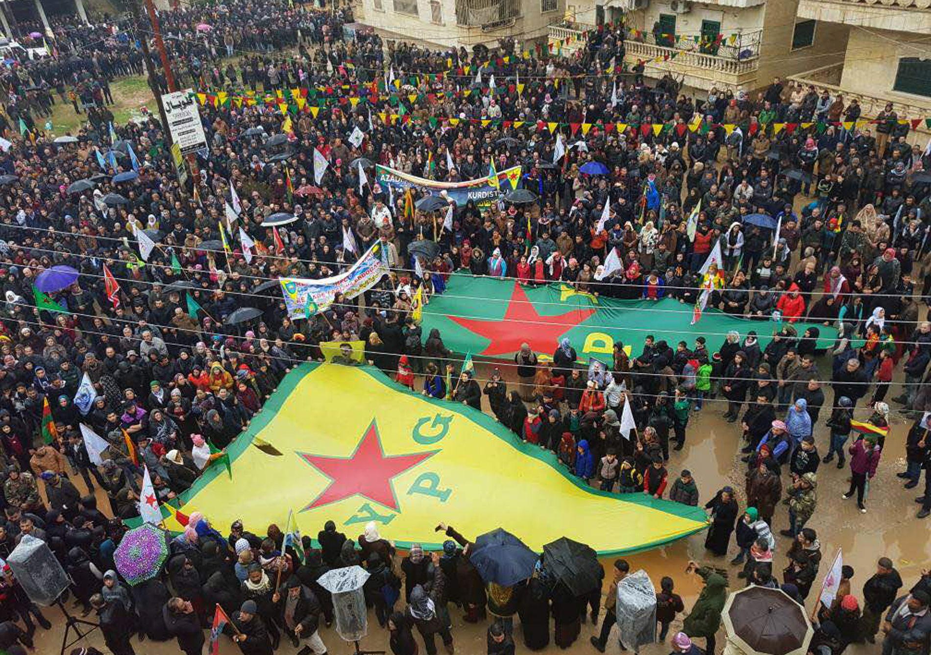 VISER STØTTE: Bildet skal være tatt i Afrin i forrige uke, og viser innbyggere som støtter YPG. Bildet er publisert av den kurdisk-ledede militsen.