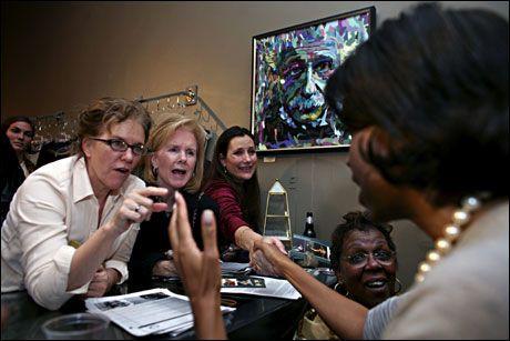KONESTØTTE: Michelle Obama driver aktiv valgkamp for ektemannen Barack, og er ofte mer spissformulert og direkte enn ham selv. Her diskuterer hun med kvinnelige velgere i South Carolina. Foto: THOMAS NILSSON