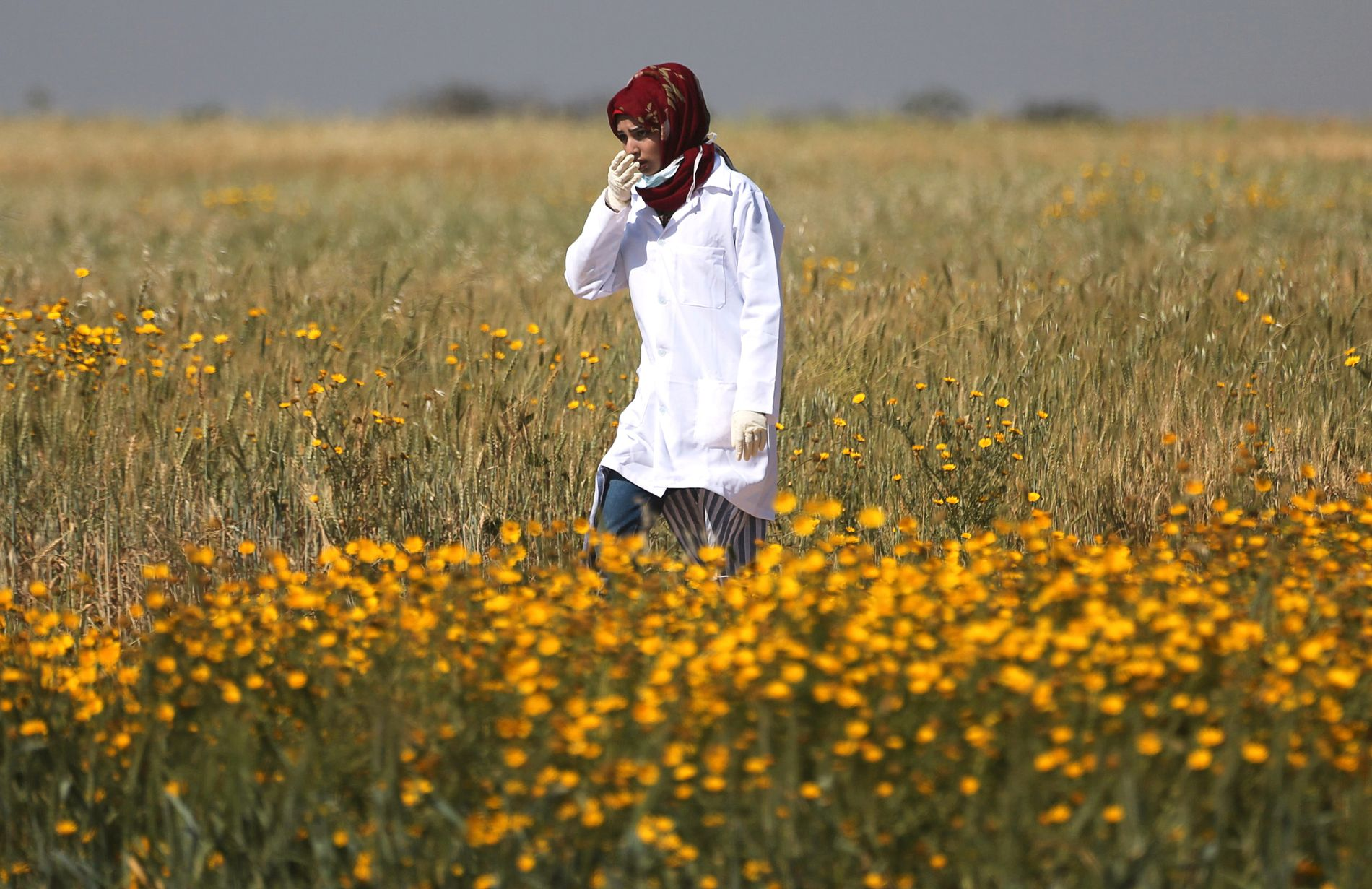 DREPT: Her er  Razan al-Najjar på jobb som helsearbeider på Gazastripen 1. april. Fredag ble hun selv skutt.