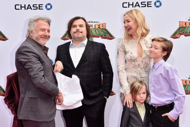 FILMAKUELLE: Kate Hudson med sønnene Bingham Hawn Bellamy og Ryder Robinson, og motspillerne Dustin Hoffman og Jack Black på premieren av «Kung Fu Panda 3» i Hollywood 16. januar.