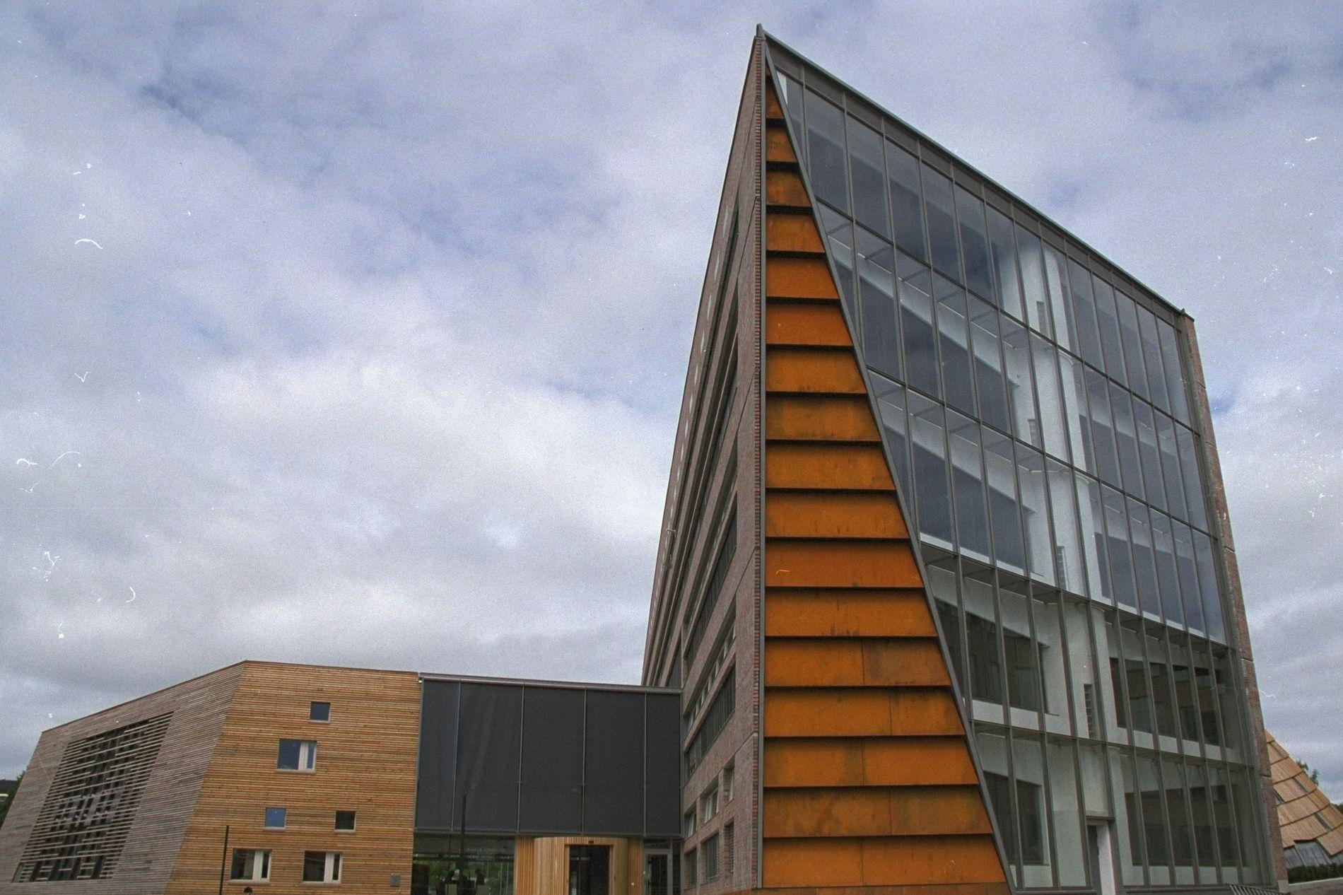 b54d84de BØTELAGT: Hamar kommune, som holder hus i byens rådhus, må ut med 100.000  kroner til statskassen fordi en av byens skoler ikke har fulgt opp krav om  ...