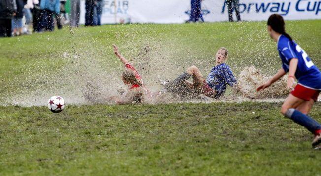 IKKE FOR ALLE: Organisert fotball er blitt så kostbart for noen at idrettsforbundet advarer klubbene mot å bli ekskluderende. Her fra en jentekamp under Norway Cup på Ekerbergsletta i øsende regnvær.