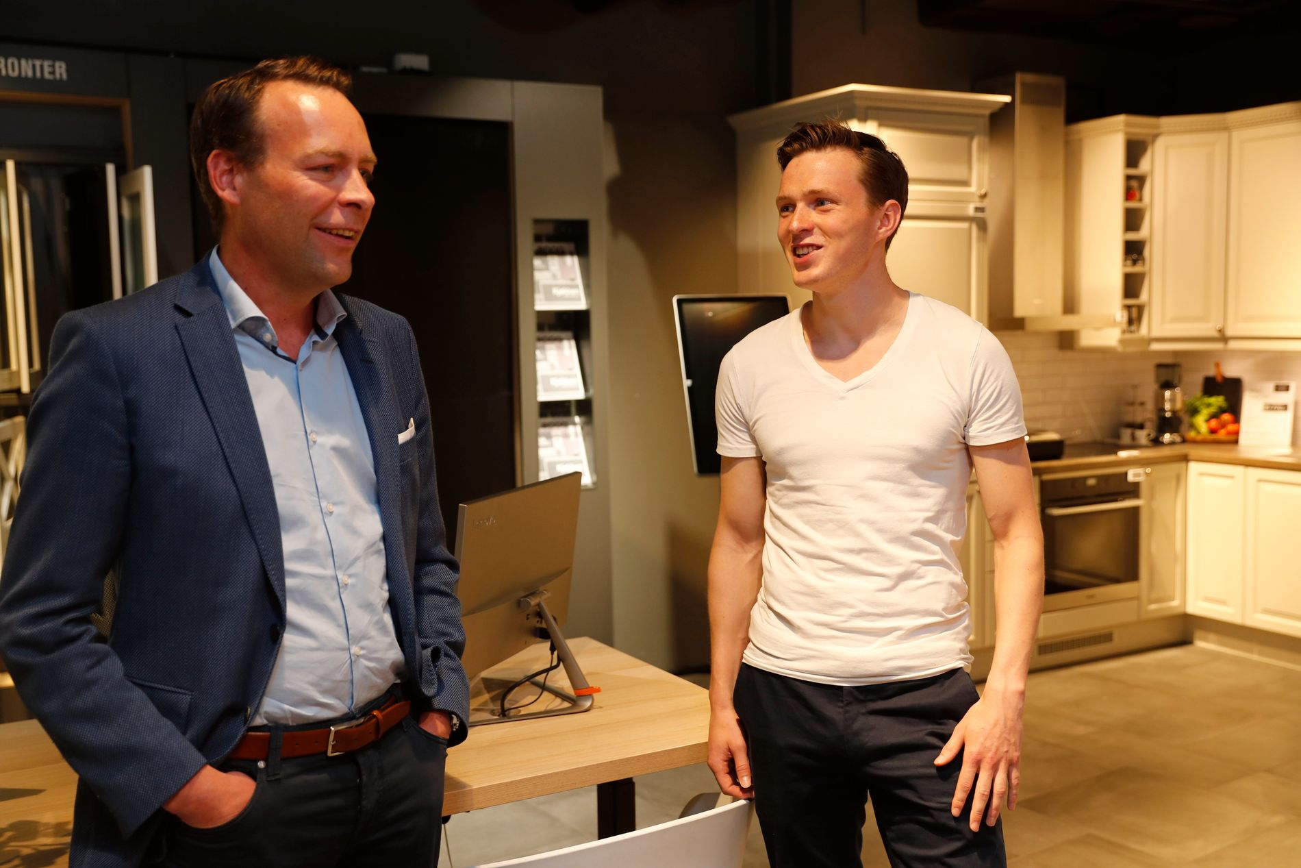 AVTALE: Karsten Warholm sammen med Elkjøp-sjef Jaan Ivar Semlitsch.