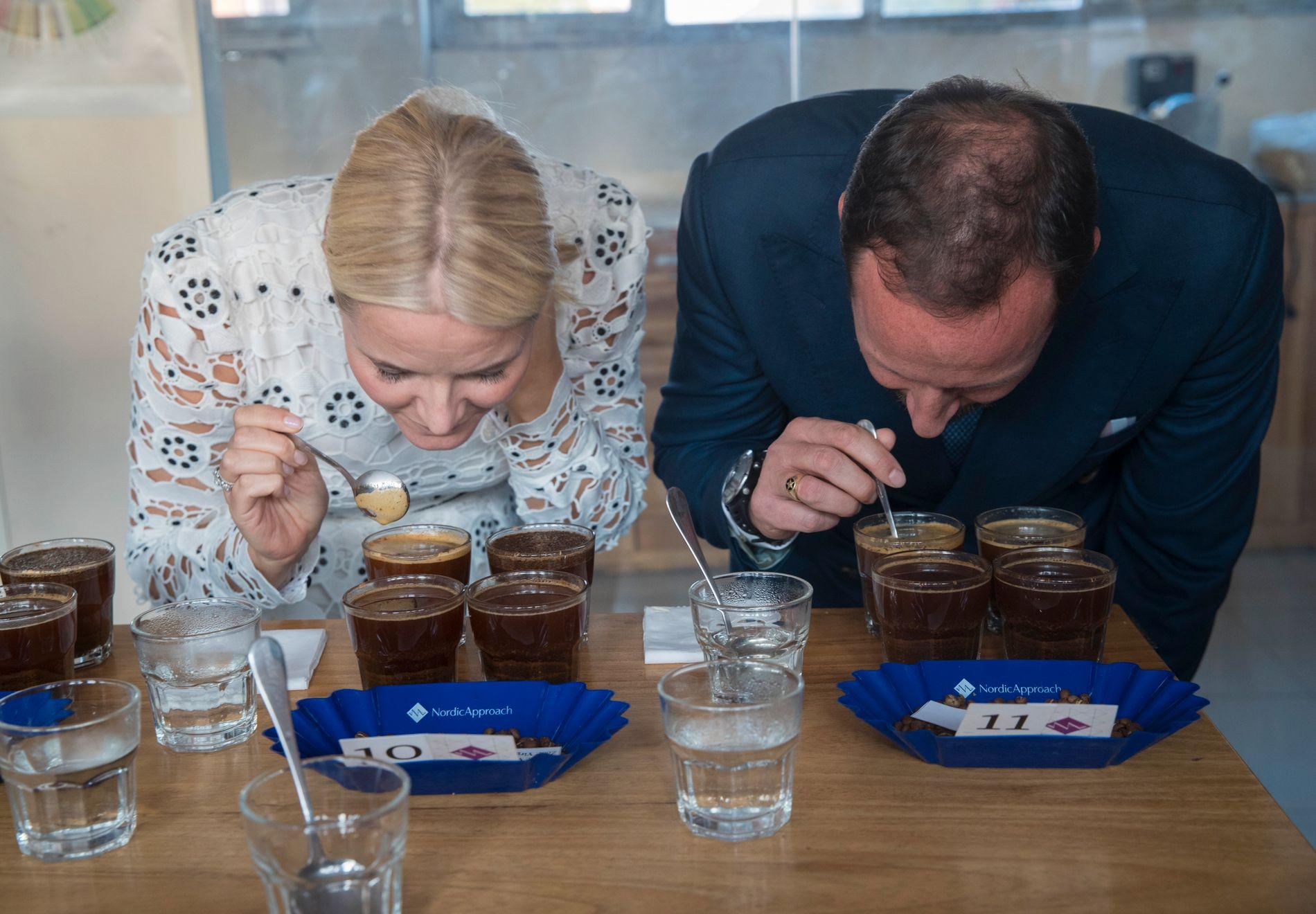 KAFFESMAKERE: Kronprinsesse Mette-Marit og kronprins Haakon smaker kaffe i en «Coffe Cupping Cermony» hos Nordic Approach Offices under dagens besøk i Etiopia.