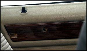 SKUDDHULL: Ett av skuddene boret dypt inn i bildøren i ekteparets bil. Foto: Ole Dag Kvamme