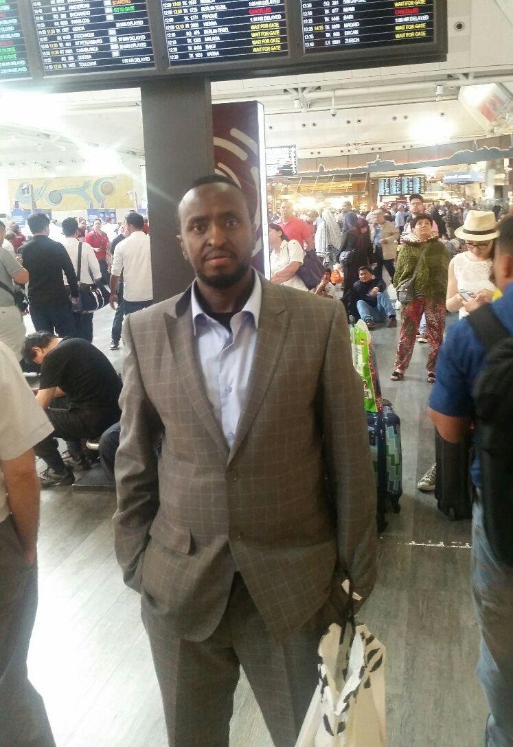 DÅRLIG INFORMASJON: Norsk-somaliske Mohamed Duale Isse fra Oslo befant seg inne på flyplassen med et reisefølge på 13 personer. Han forteller at de ikke har fått noen informasjon fra myndighetene, men at det nå ser ut til at de skal få reise videre ved midnatt.
