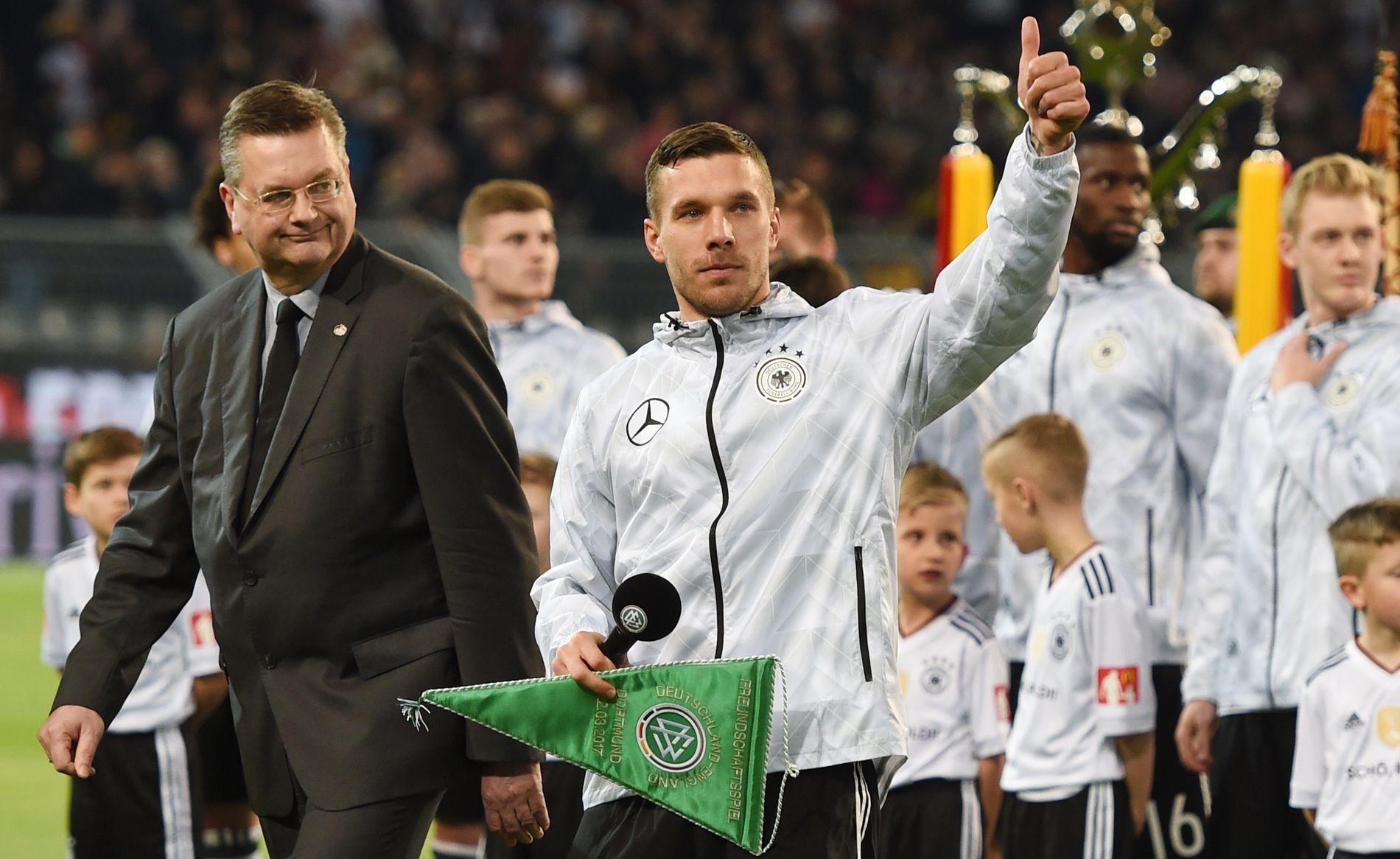 VELFORTJENT HYLLEST: Lukas Podolski fikk sin velfortjente hyllest før kampen.