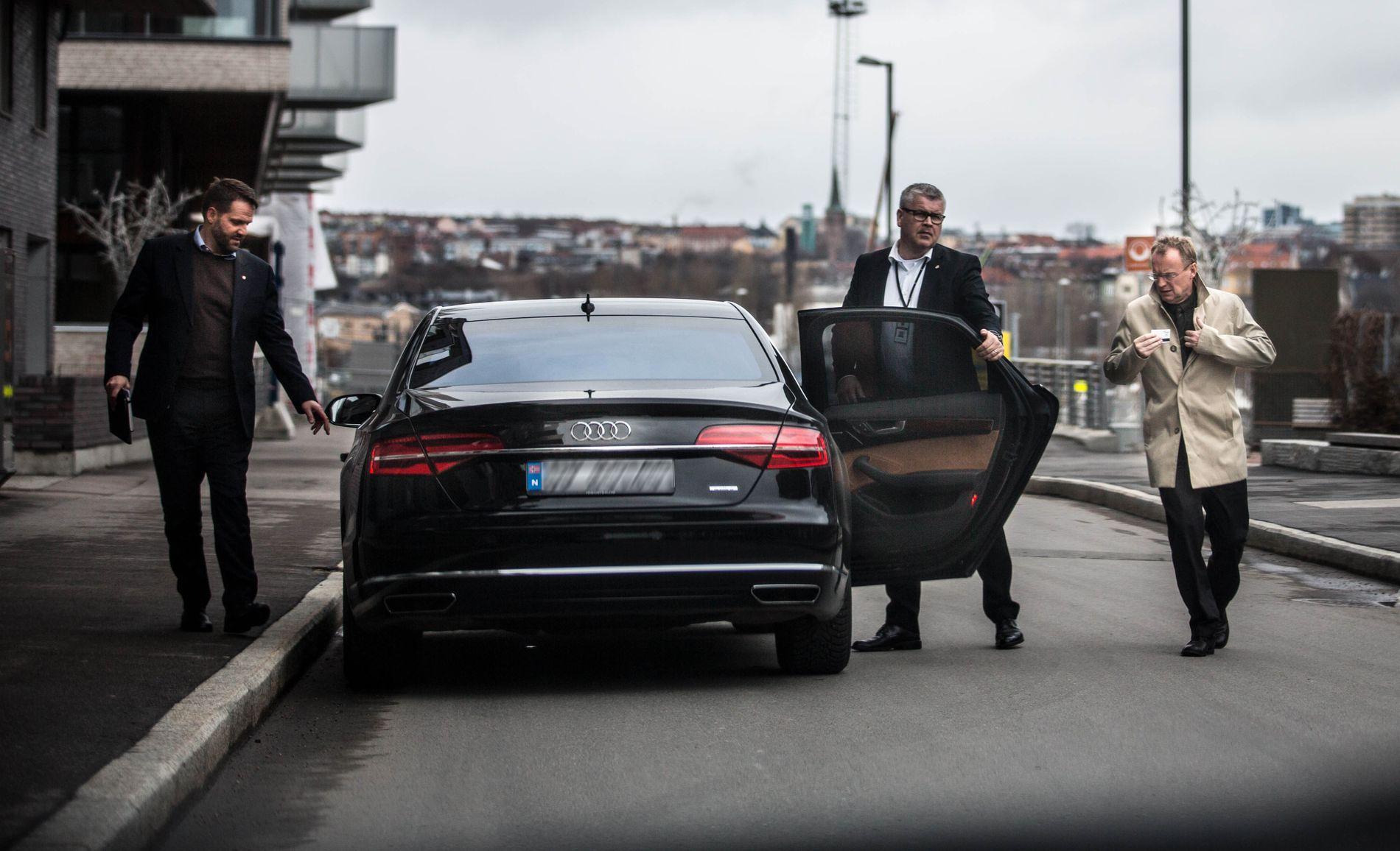 LUKSUS: Her åpner sjåføren bildøren på luksus-tjenestebilen for Raymond Johansen etter et besøk på Sørenga i Oslo onsdag. Til venstre: byrådssekretær Tor Henrik Andersen.