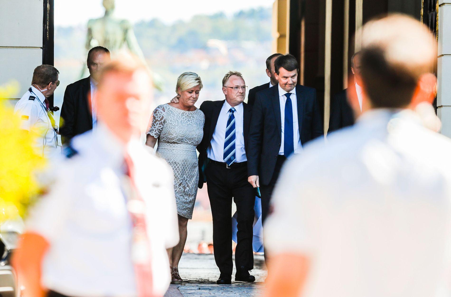 TREKKER SEG: Per Sandberg trekker seg som nestleder i Frp. Her er han på vei ut fra slottet med partileder Siv Jensen etter ekstraordinært statsråd hvor Sandberg gikk av som fiskeriminister.