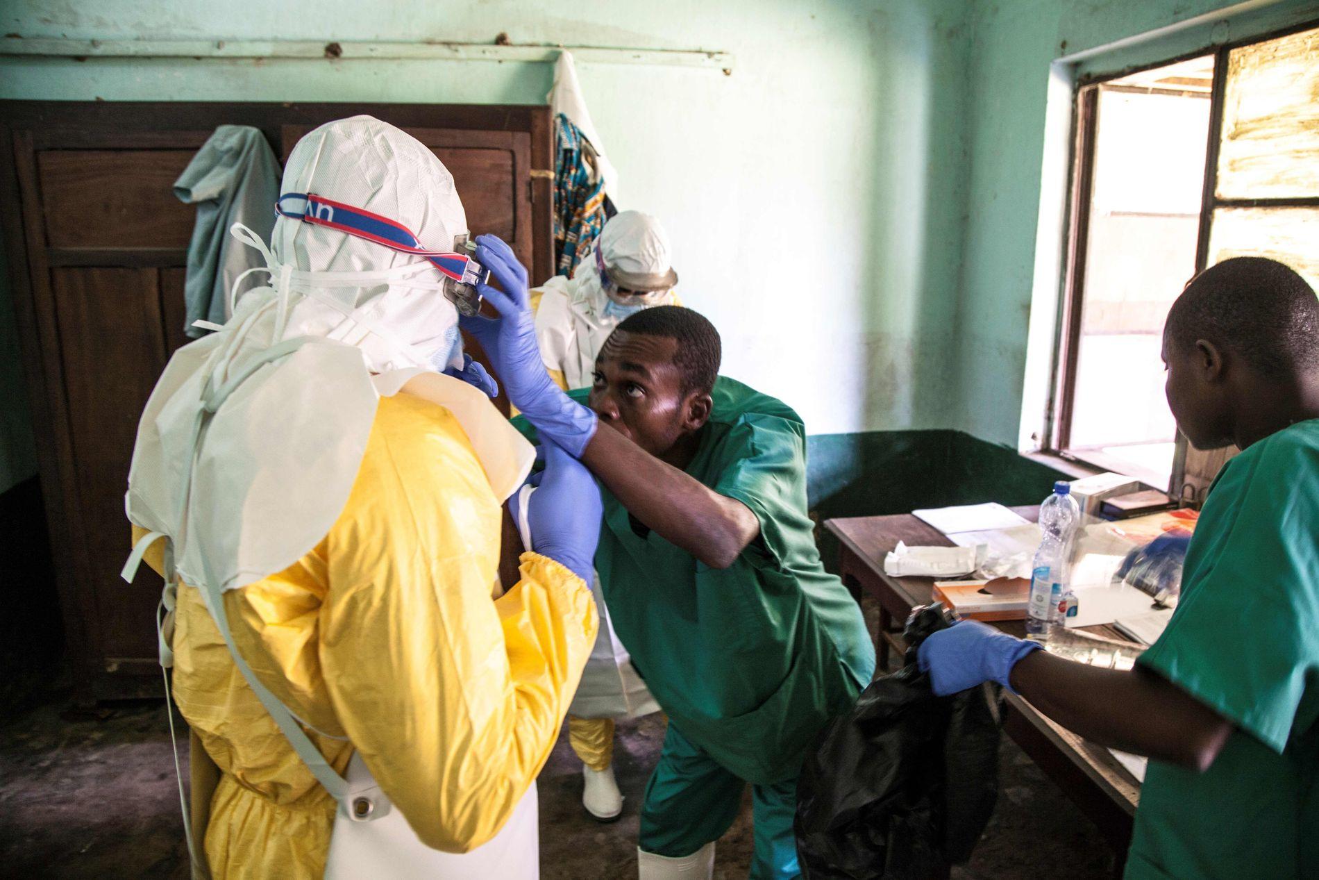 UTBRUDD: Helsepersonell på Bikoro sykehus ikler seg bekyttelsesutstyr lørdag.