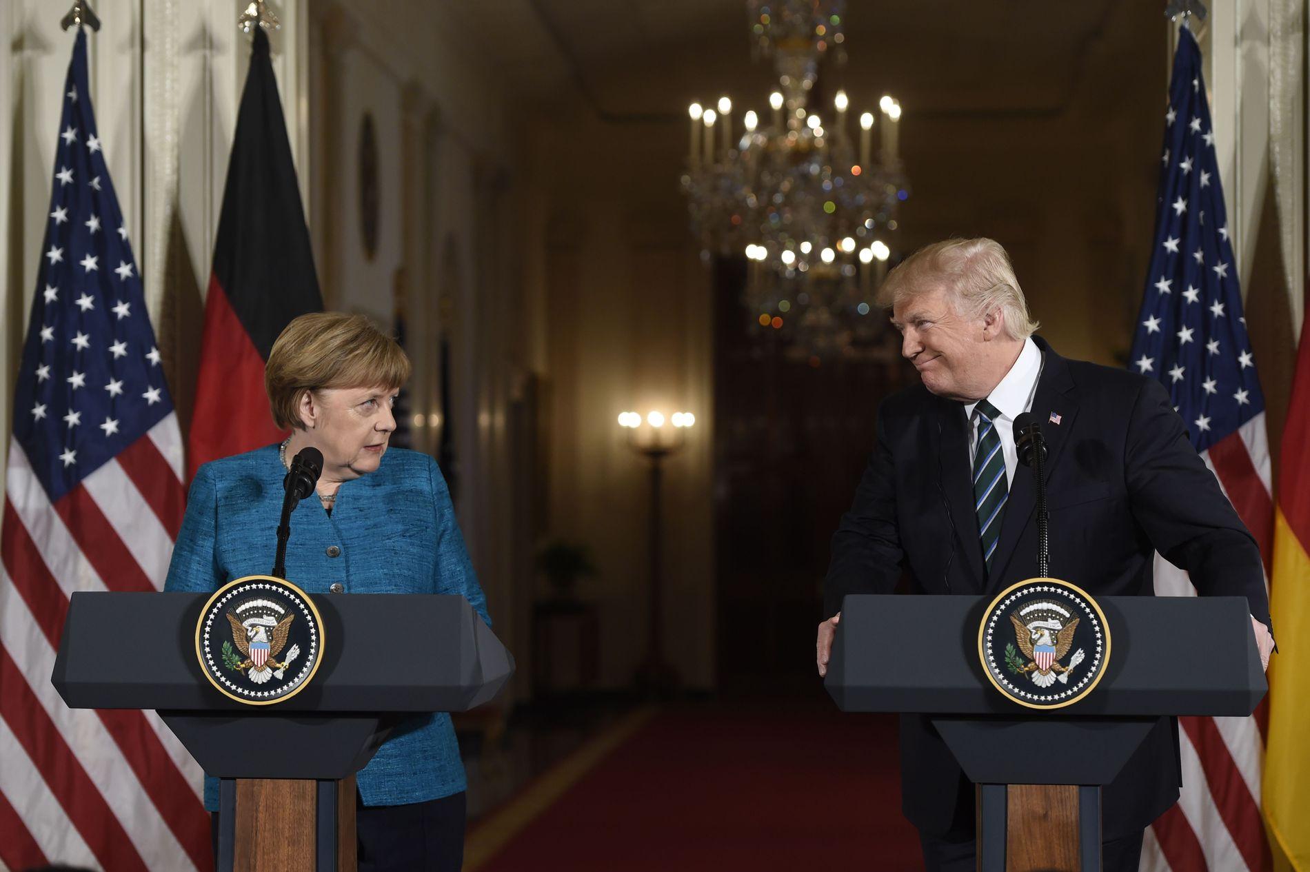 MÅ SAMARBEIDE: Dette bildet ble tatt under en felles pressekonferanse mellom Donald Trump og Angela Merkel ved Det hvite hus. Foto: AFP PHOTO/SAUL LOEB