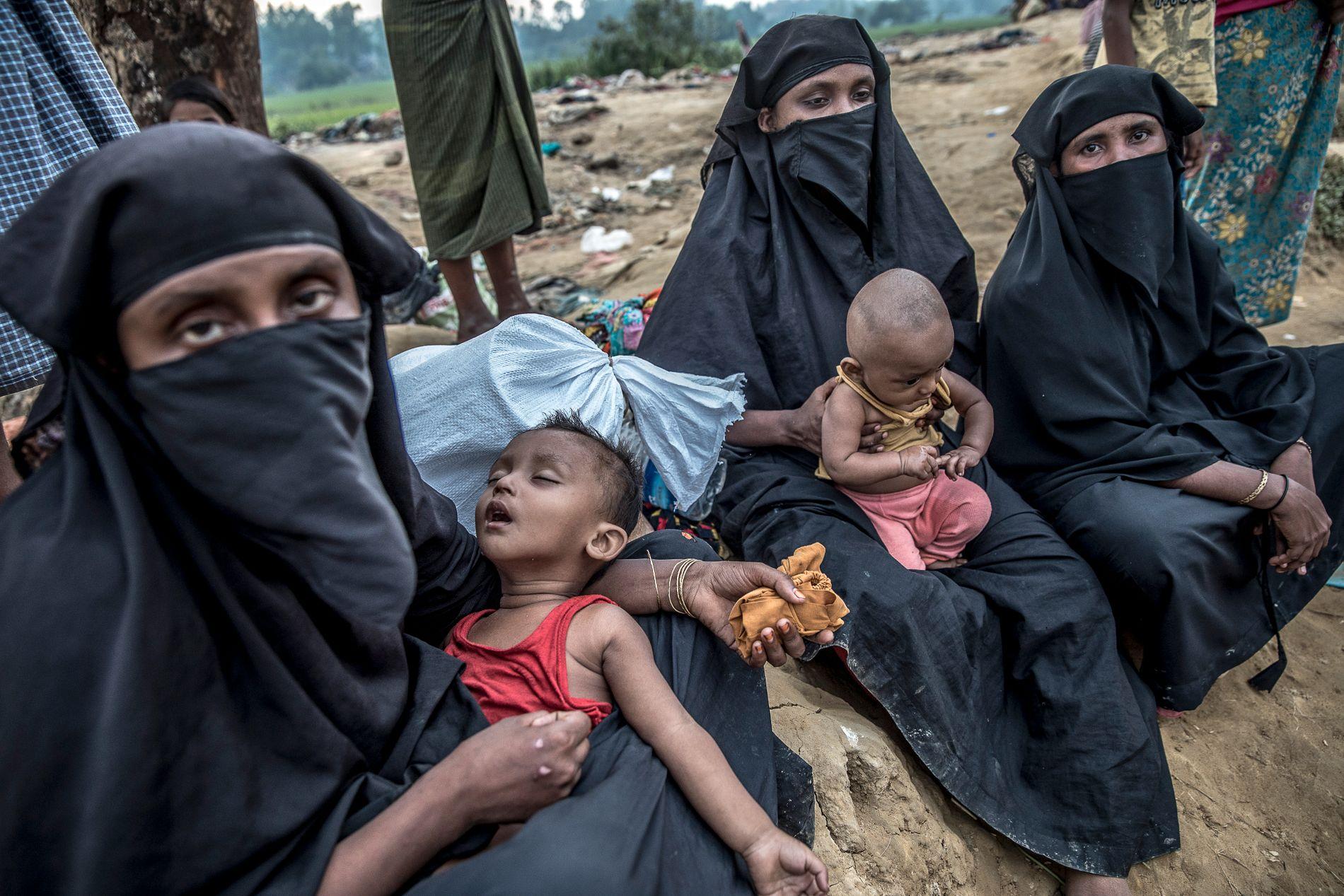 SKJEBNEFELLESSKAP: To kvinner prøver så godt de kan å hjelpe sine barn i mangel på vann og mat. Foto: TERJE BRINGEDAL,VG