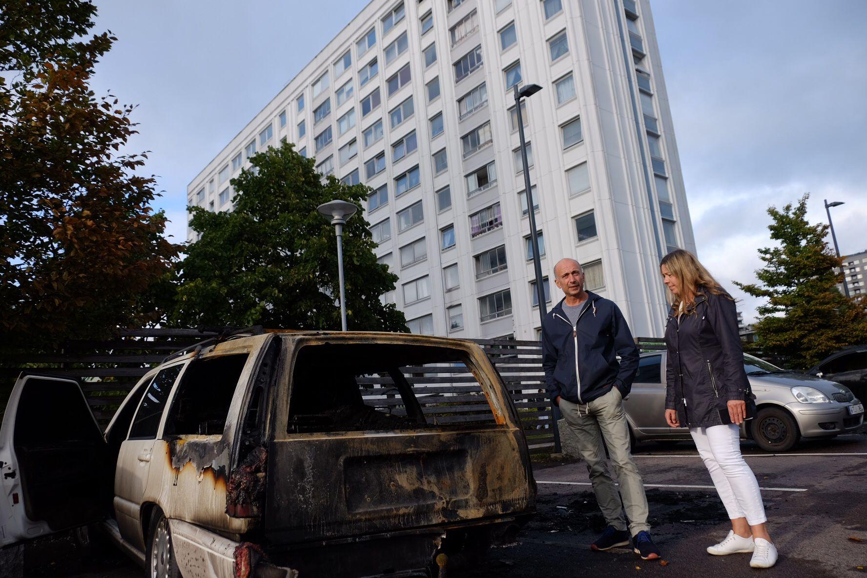 PÅTENT: Den trofaste Volvoen til Hamid Bakhtivari er et totalvrak dagen derpå. Nå lurer paret om de skal flytte fra bydelen sin. Til høyre samboeren Anita Laiho.