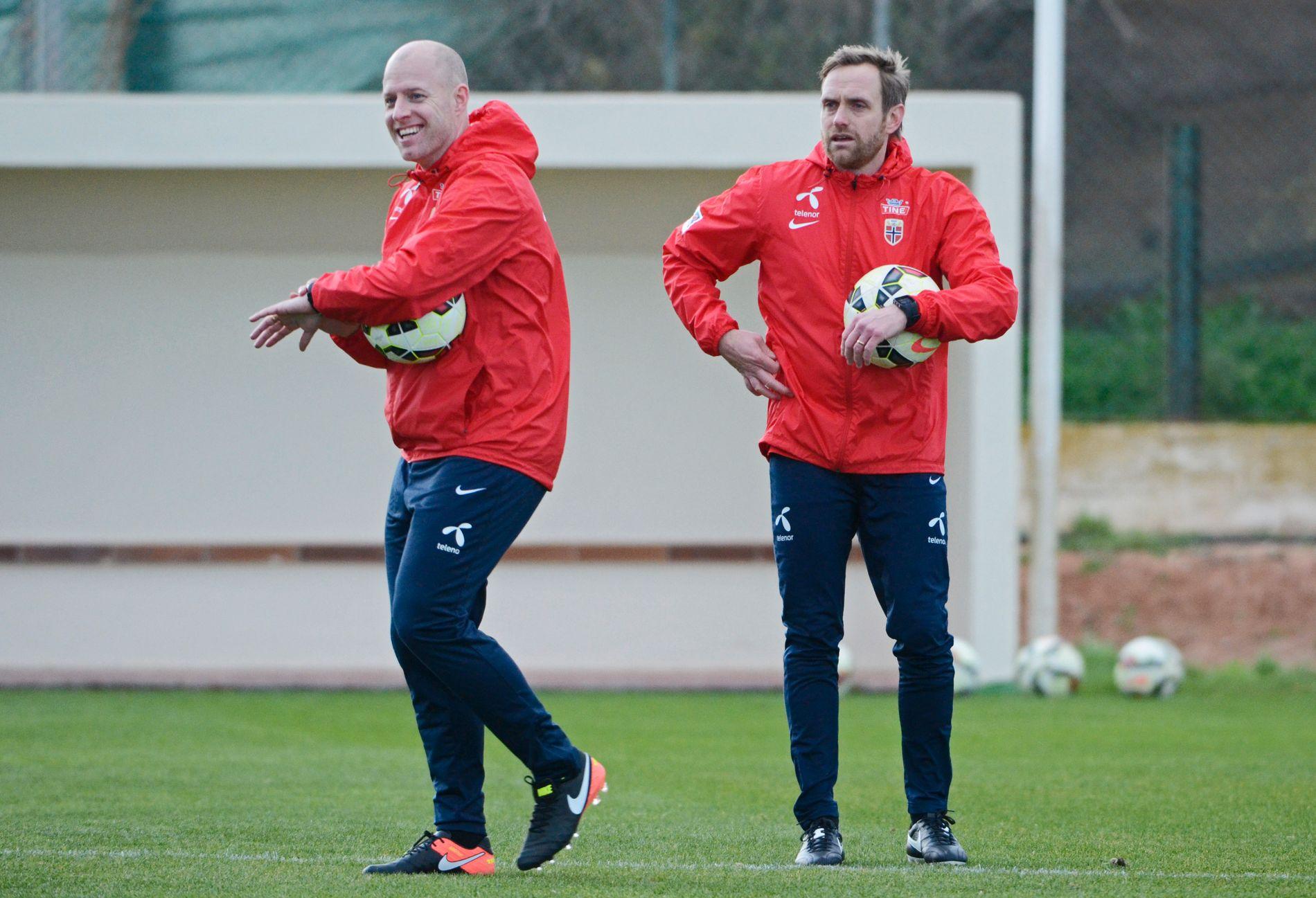 SKAL PENDLE: Landslagstrenerne Anders Jacobson (t.v.) og Martin Sjögren på feltet under en treningsøkt på La Manga rett etter at svenskene tok over kvinnelandslaget i fotball.