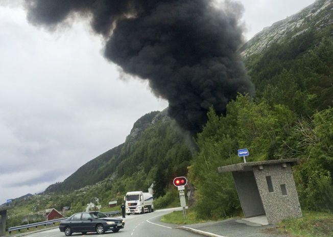 DRAMATISK: Krasjen utløste flere eksplosjoner og stor røykutvikling.