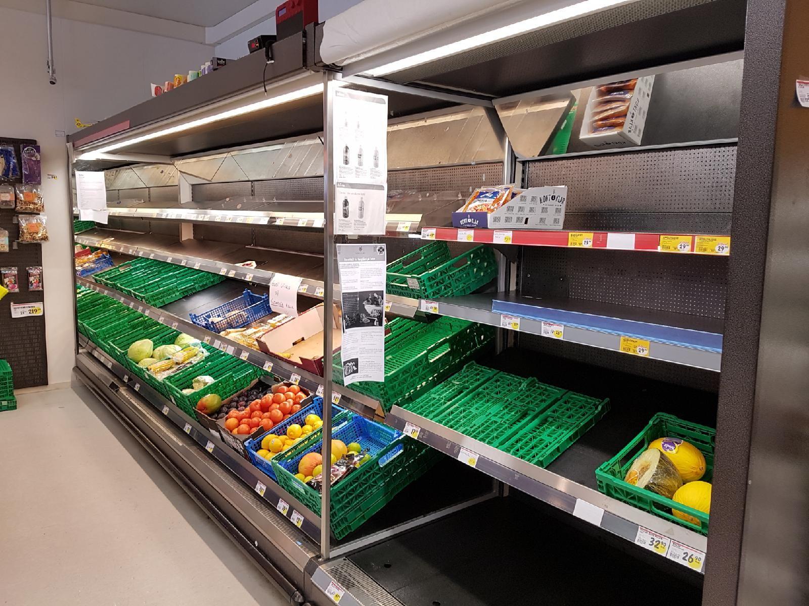 TOMT: Spar i Berlevåg i Finnmark gikk nesten tom for frukt og grønnsaker da bygda mistet forbindelse med omverdenen. Bildet er tatt tirsdag ettermiddag.