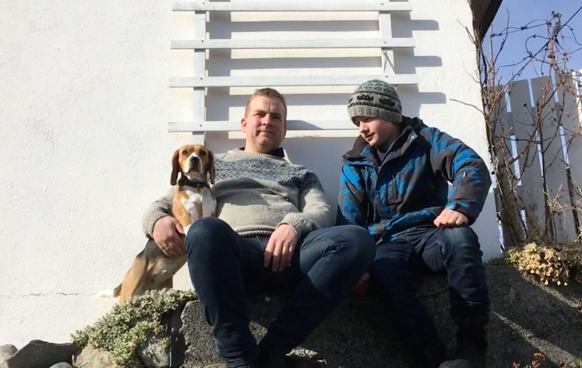 IKKE FORNØYD: Sveinung Stensland mener et samlet storting må gå sammen om å mene at vaksinemotstand er en alvorlig helsetrussel. Her med sønnen Audun og beaglen Lilly utenfor familiens hytte på Feøy.