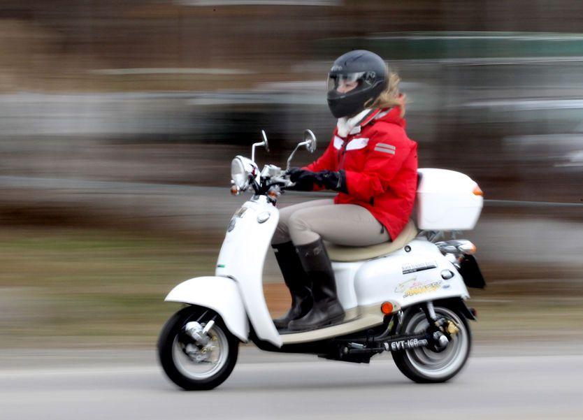 Ungdommelig Testduell: Lydløs moro med el-scooter RB-77