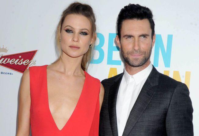 NYGIFT: Ifølge en rekke amerikanske medier ga Adam Levine og modellkjæresten Behati Prinsloo hverandre sitt ja lørdag kveld. Her er paret sammen på rød løper tidligere i sommer.