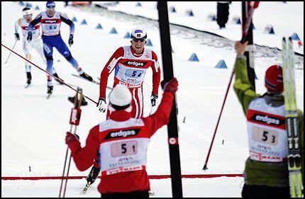 KNOCKOUT! Petter Northug sklir over målstreken mens Sverige og Russland kjemper om andreplassen. Foto: Scanpix
