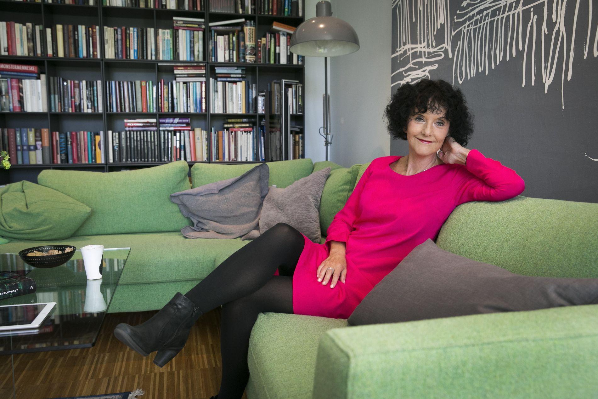 NY BOK: Unni Lindell (57) er tilbake med sin 10. krimroman om Cato Isaksen – 18 år etter at hun ga ut «Slangebæreren» i 1996. Her er hun hjemme i huset på Høvik.