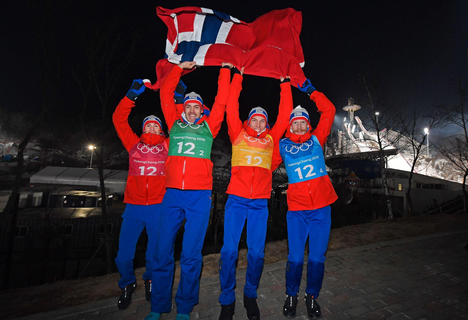VÅRE BESTE MENN: Fra venstre: Daniel-André Tande, Andreas Stjernen, Johann André Forfang og Robert Johansson utenfor hoppanlegget etter triumfen i lagkonkurransen i OL mandag.
