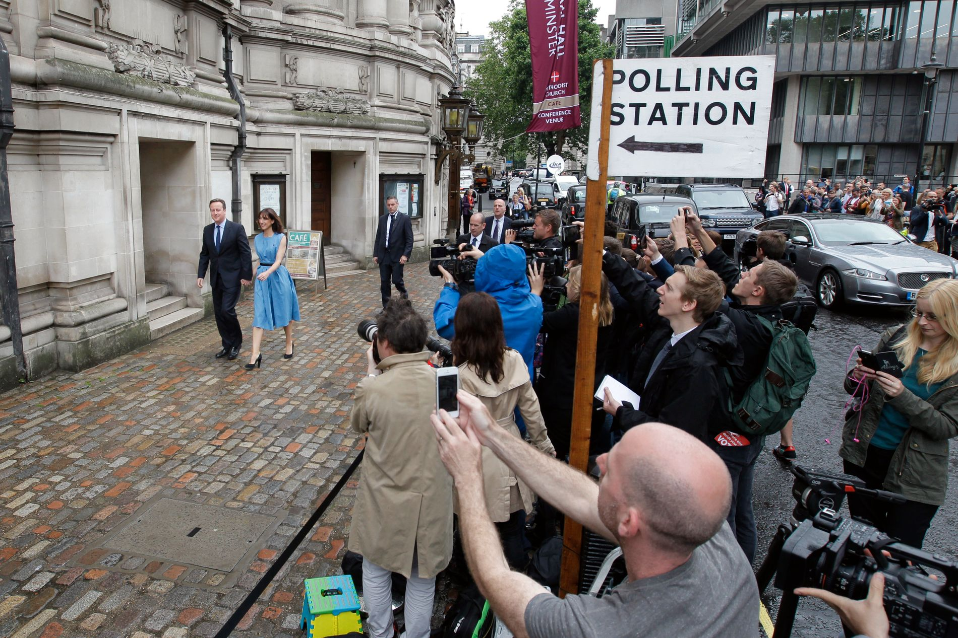 SKJEBNETIME: Mange var møtt opp for å se den britiske statsministeren David Cameron og hans kone Samantha komme til valglokale i London torsdag morgen.