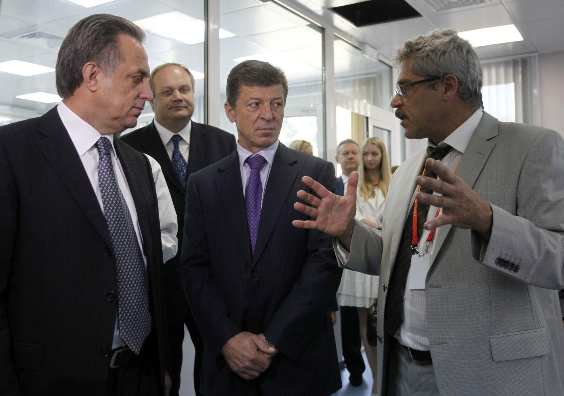 LAG-BESØK: Grigorij Rodtsjenkov (t.h.) har her besøk av daværende sportsminister Vitalij Mutko (t.v.) på dopinglaboratoriet i Moskva. Mutko er utestengt fra OL på livstid, men har anket avgjørelsen til CAS.