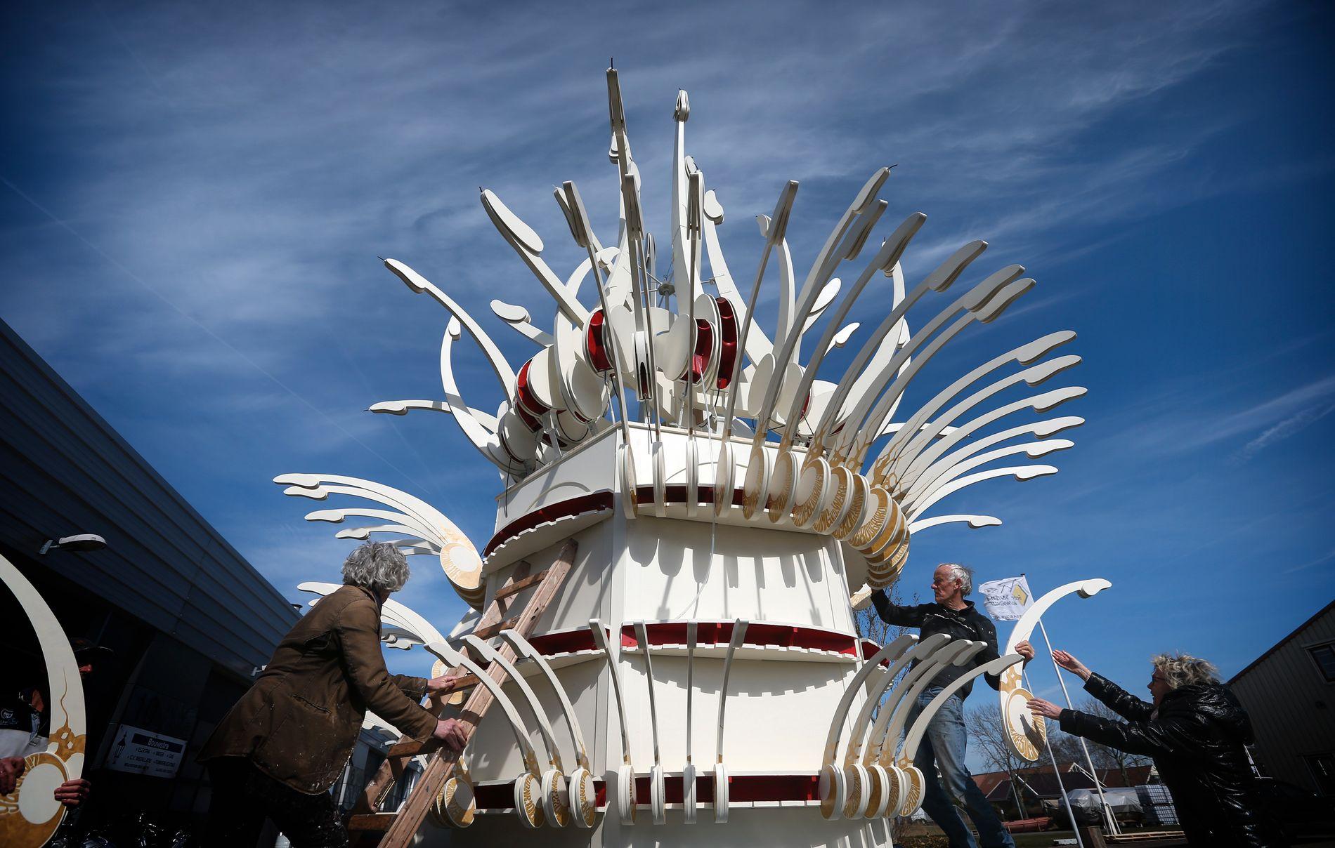 PROTEST: Fontenen er 7,5 meter høy og består av 220 peniser i tre.