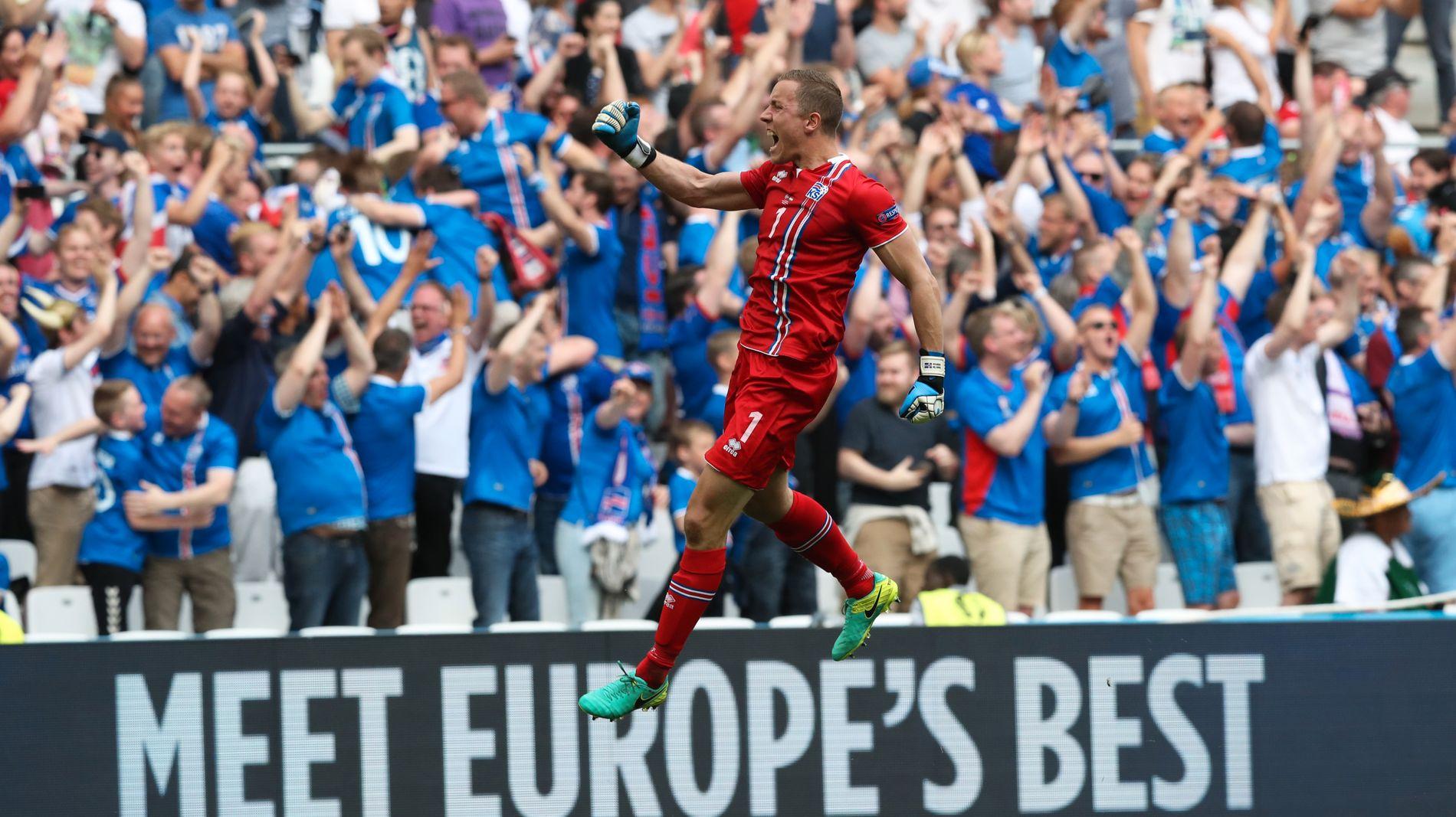 I EUROPATOPPEN: Hannes Halldorsson juber for Islands 1-0-mål mot Ungarn på Stade Velodrome.