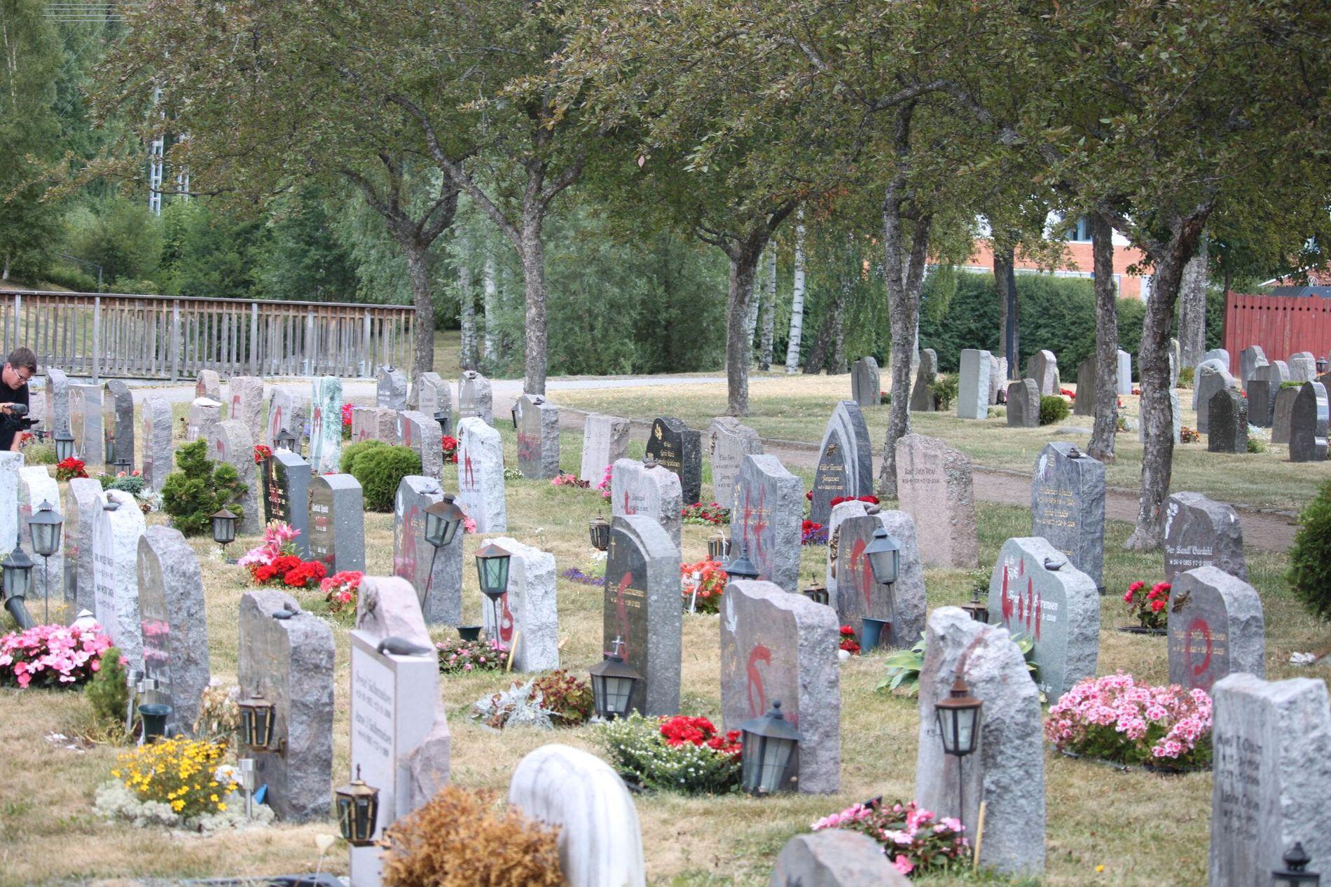 92 STYKK: Hele 92 gravstøtter var dekket av rødfargen.