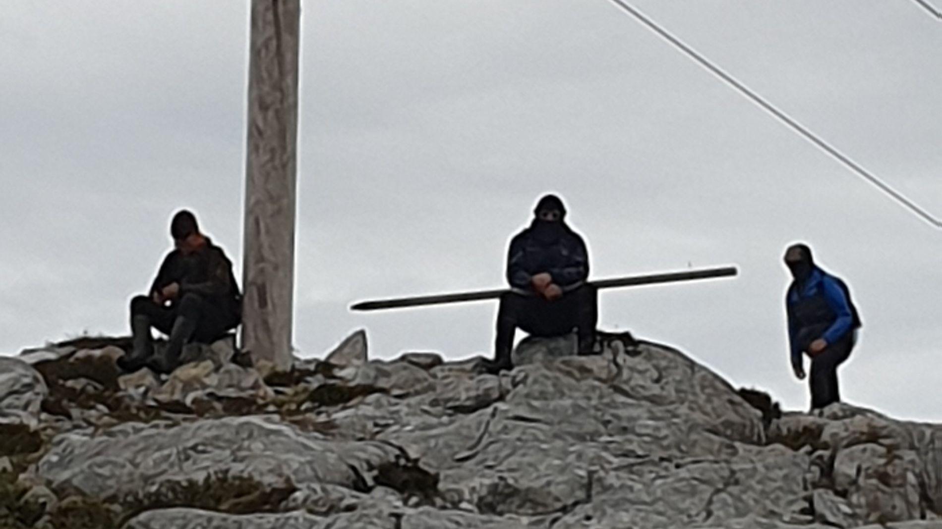 AKSJONERTE: Vindkraftutbyggingen har lenge vært en omstridt sak på Frøya, og det har blitt arrangert gjentatte demonstrasjoner mot utbyggingen. Bildet skal ifølge Trønderenergi vise maskerte aksjonister som tok seg inn på anleggsområdet på dagtid i slutten av juni.