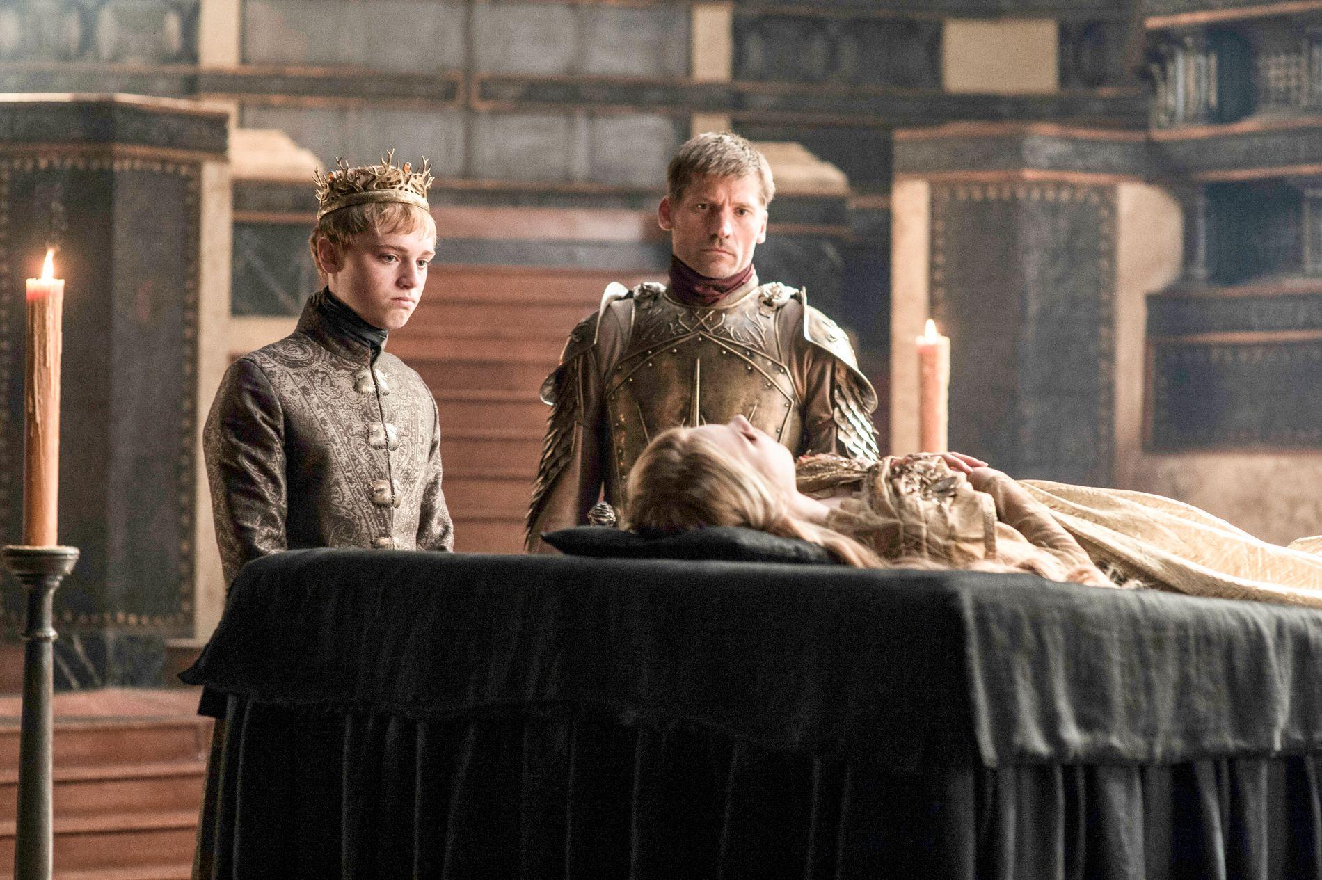 DØDE I SESONG FEM: Myrcella Baratheon overlevde ikke lenger enn sesong fem. Denne scenen er fra sesong seks, hvor broren Tommen Baratheon (Dean-Charles Chapman) og Jaime Lannister (Nikolaj Coster-Waldau) sørger over hennes død.