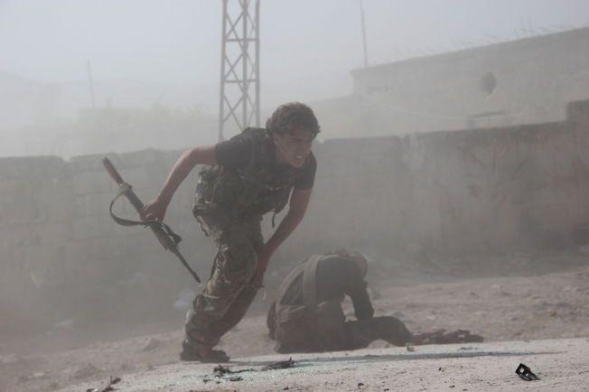 UTMATTENDE KRIG: En opprørskriger fra Ahrar al-Sham, en av syrias største grupper som kjemper mot Assad, i kamp i Idlib i mai 2015.