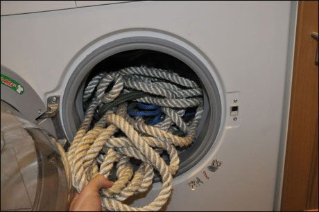 ULLVASK: Joda, du ser helt riktig, tauverket kan puttes i vaskemaskinen. Og det funker. Foto: Axel Nissen-Lie/Seilas
