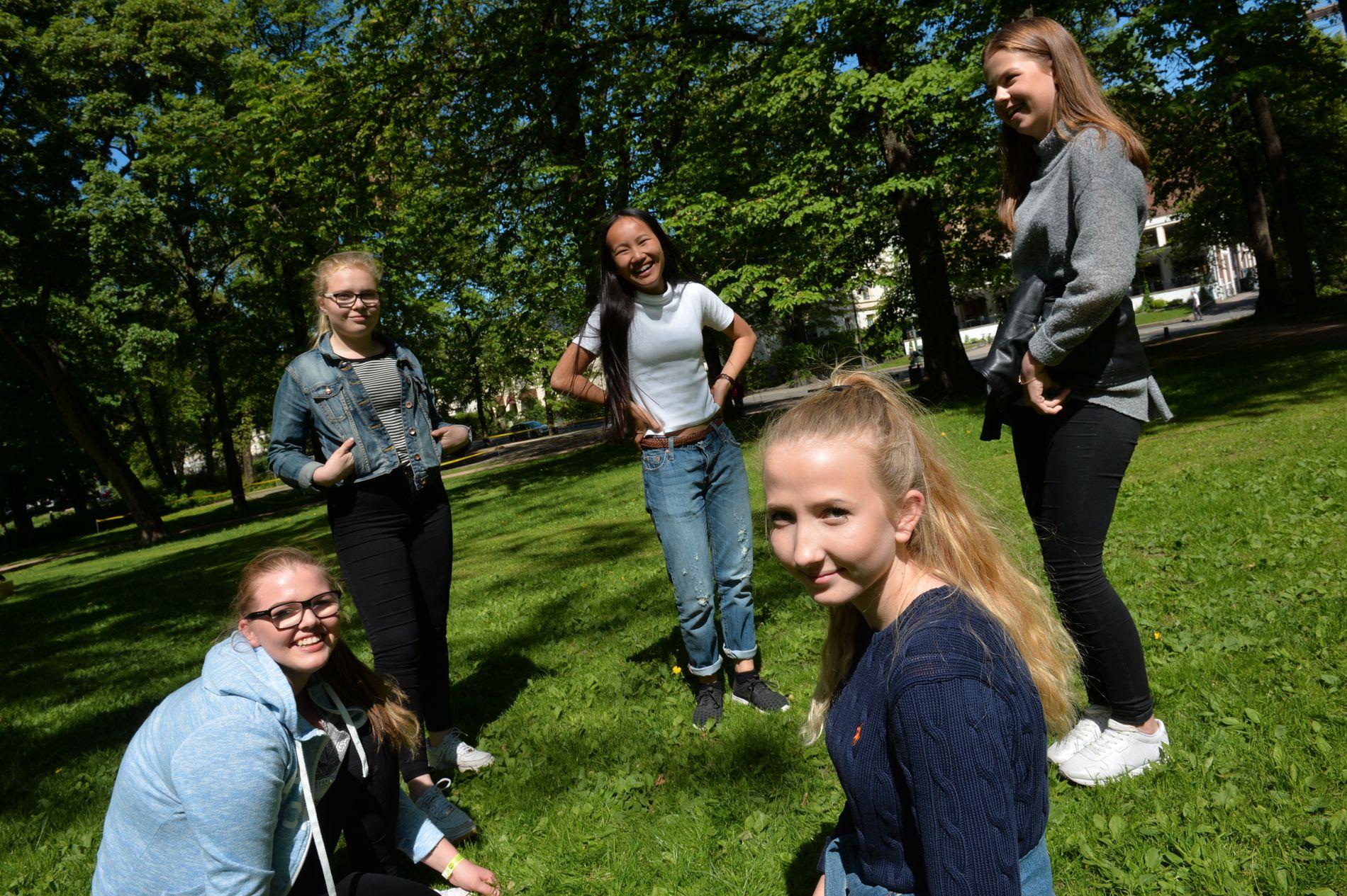 GANSKE VANLIG: Denne jentegjengen mener det slett ikke er uvanlig at man sender intime bilder av seg selv. Fra venstre: Martine Holme (15), Tuva Ahlsen (14), Jenny Hartviksen (14), Marte Hodt (14) og Rebekka Hvale (15).