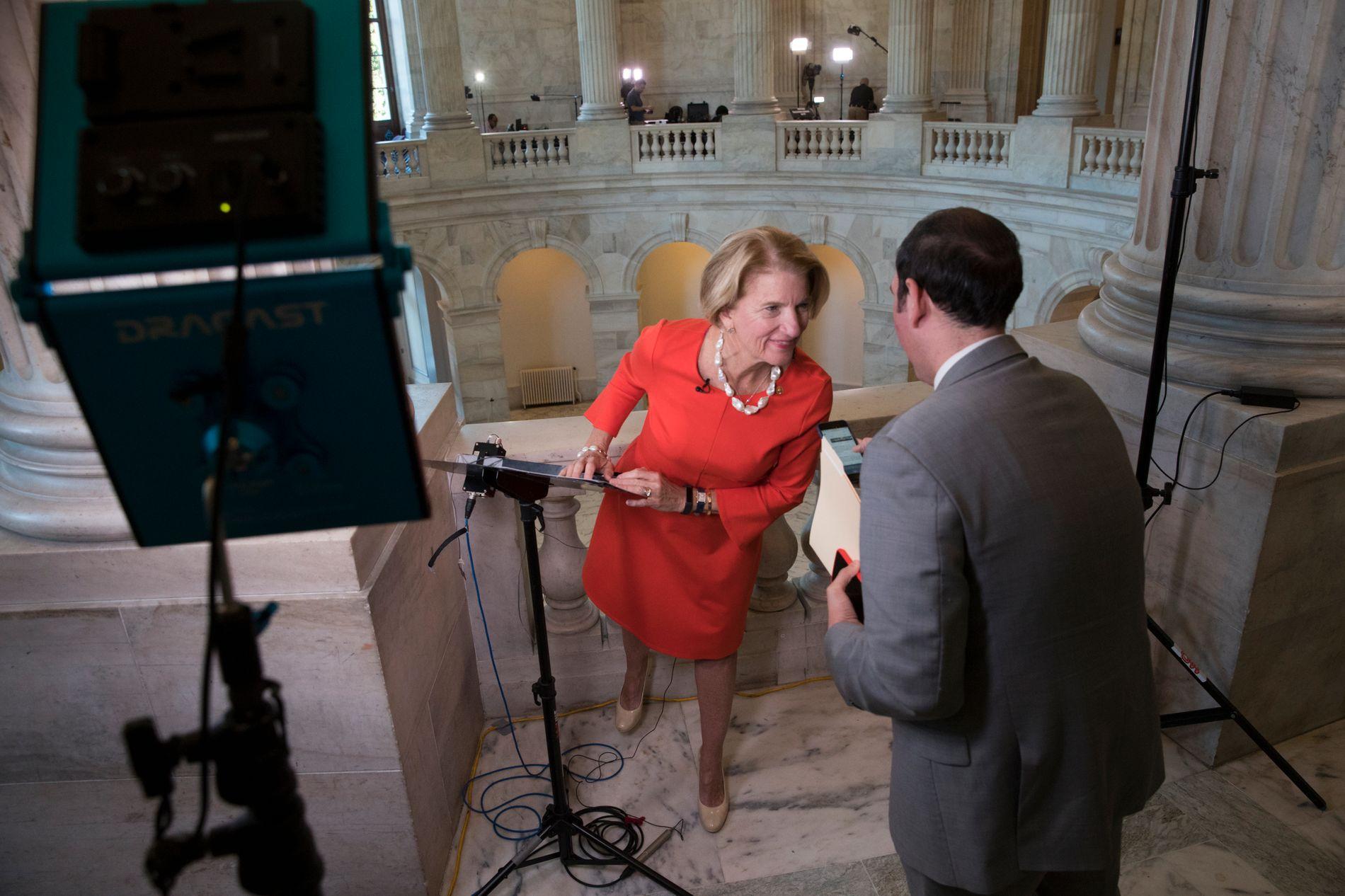 SENATOR: Shelley Moore Capito er blant dem som foreløpig sier nei til ny helsereform. Her like før hun blir intervjuet på TV fra Capitol Hill.