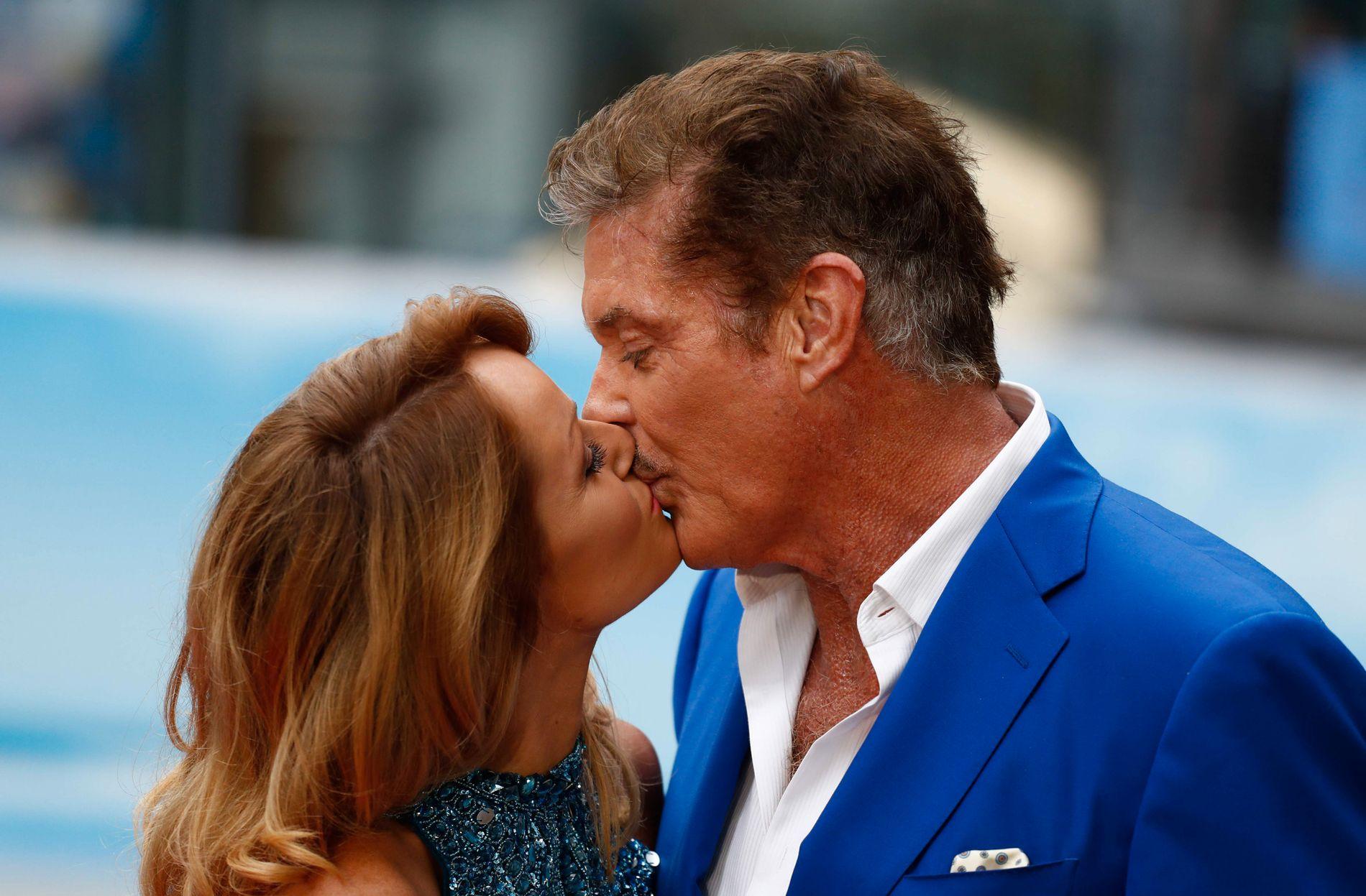 FORELSKET: David Hasselhoff og kjæresten Hayley Roberts på «Baywatch»-pressekonferanse i Berlin tirsdag.