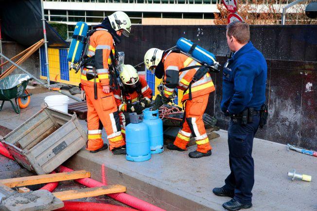 TAR INGEN SJANSER: Brannvesenet og politifolk undersøker etterlatte gassflasker utenfor EU-hovedkvarteret i Brussel søndag.