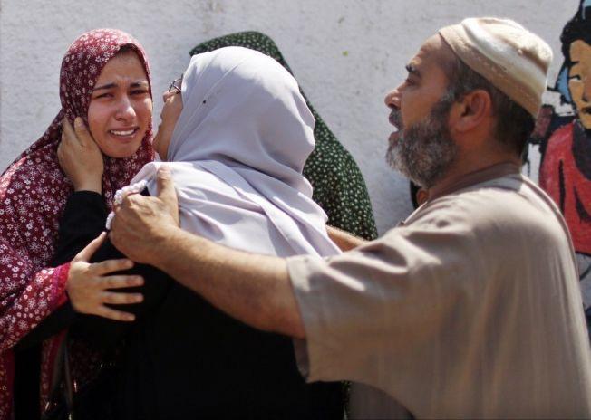 I SORG: Personene på bildet skal være slektninger av en av de som ble drept i sykehus-bombingen.