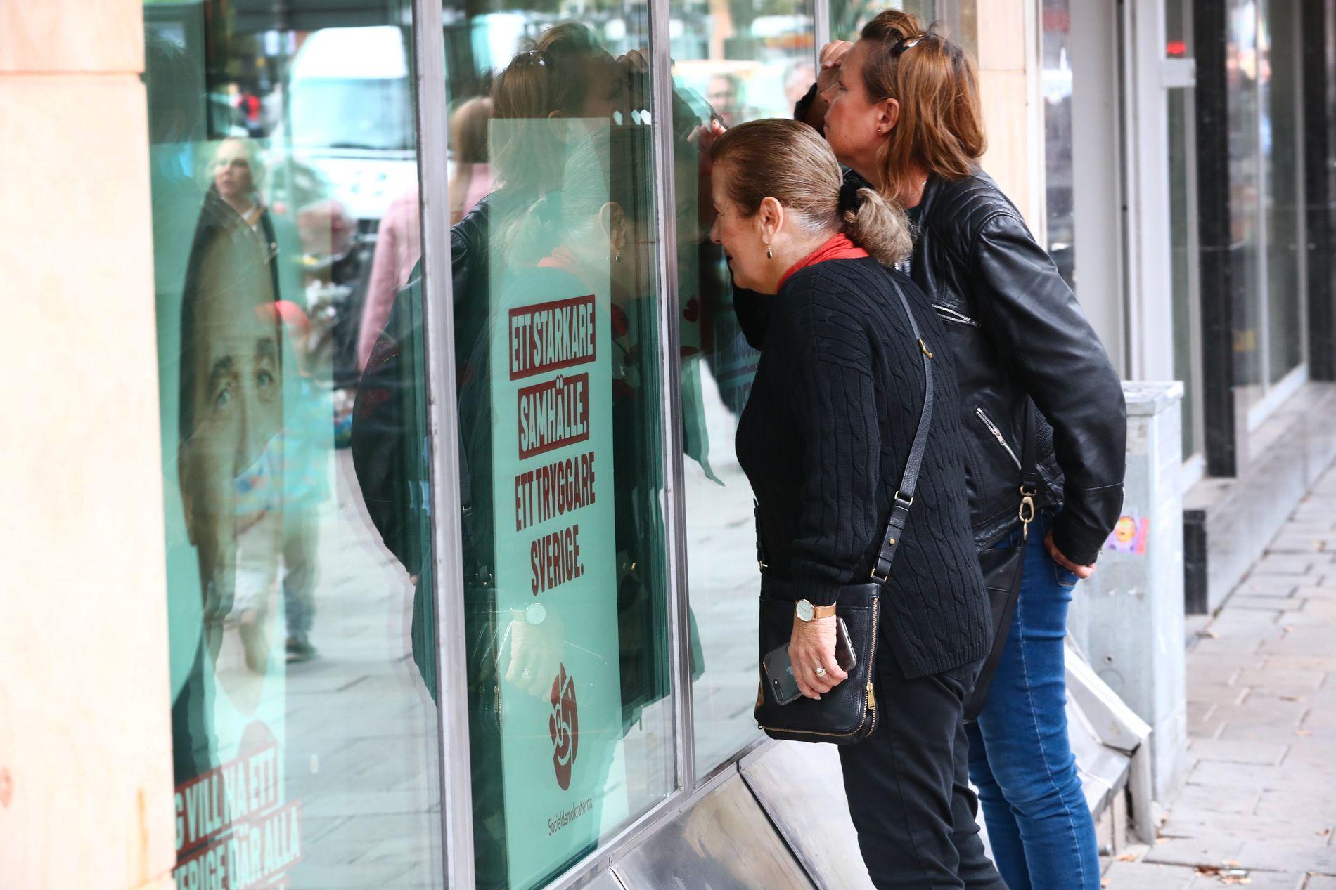 HVA SKJERA? Nysgjerrige velgere forsøkte å finne ut hva som skjedde inne på Socialdemokraternas partikontor i Stockholm mandag ettermiddag.