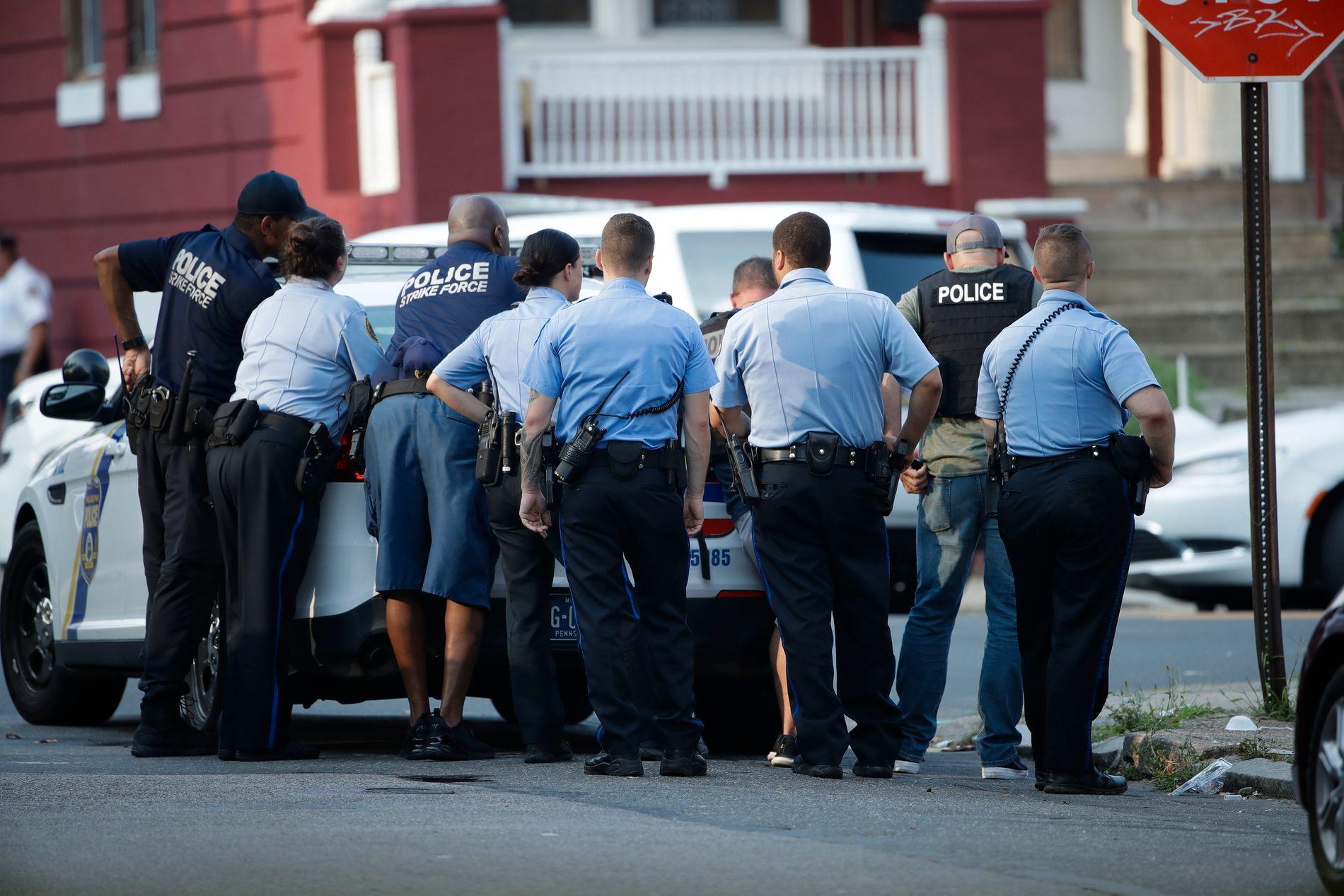 STOR POLITIAKSJON: Politiet ber folk holde seg unna området Nicetown-Tioga i Philadelphia