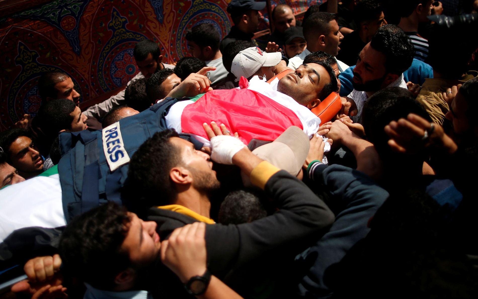 Ni palestinere ble drept, blant dem en TV-fotograf, etter at israelske soldater skjøt mot ubevæpnede demonstranter på Gazastripen fredag. 491 andre ble truffet av skudd og såret.