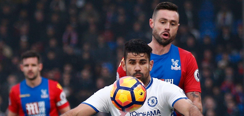 MEST JULEFRI: Chelsea har vist knallform over tid. Nå viser det seg at laget har vært heldige med det intense juleprogrammet. Her er Chelseas Diego Costa i duell med Crystal Palace Damien Delaney.