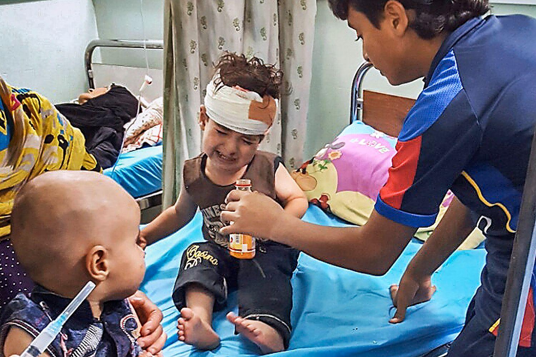 SÅREDE BARN: Disse barna blir behandlet for skader etter å ha klart å ta seg ut av Fallujah etter IS ble drevet på retrett fra byen.