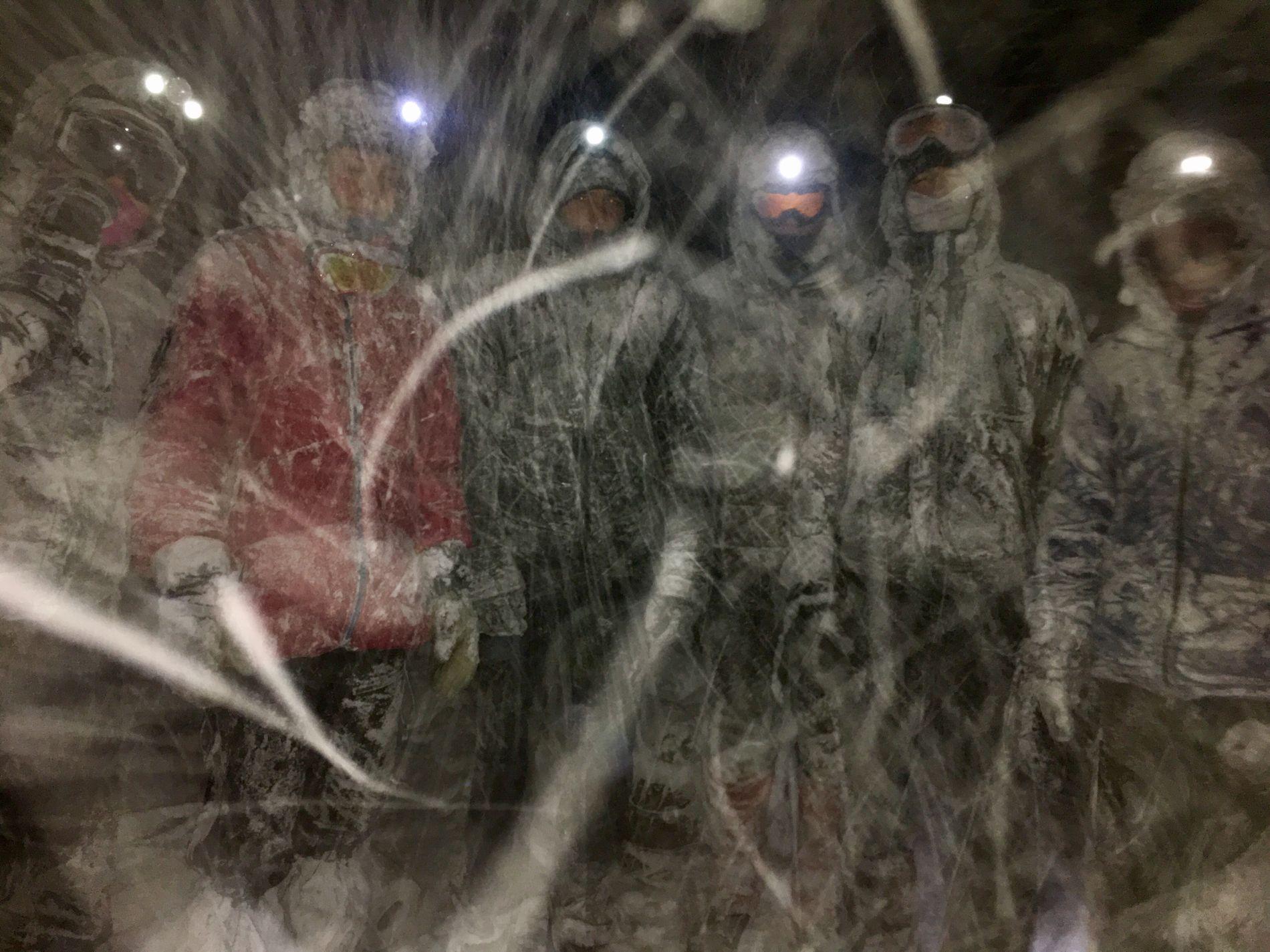 REDDET: Her venter elevene på hjelpemannskaper etter at de har klart å redde ut medelever fra den sammenraste hulen.